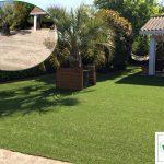 une terrasse en pavés autobloquants recouverte par de la pelouse synthétique à Arcachon