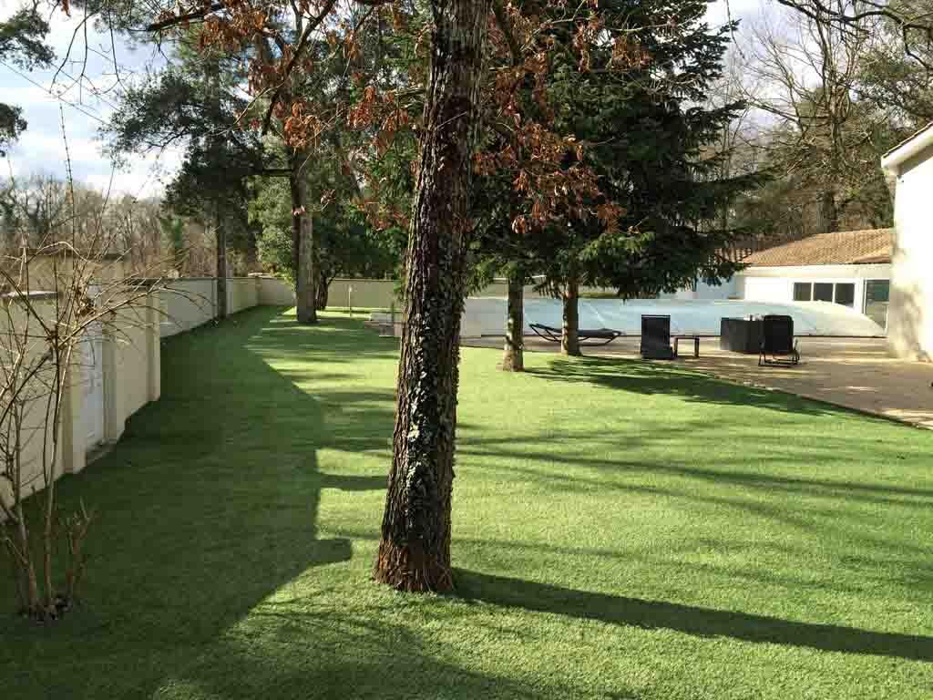 verebo a posé un beau gazon synthetique dans ce jardin près de Bordeaux
