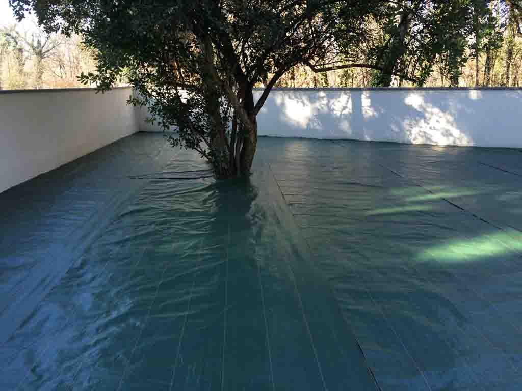 le geotextile permet d'éviter la repousse de l'herbe sous le gazon synthétique