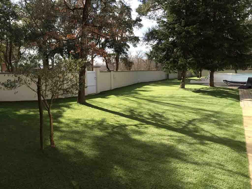 la pelouse synthétique a transformé ce grand jardin de Bordeaux