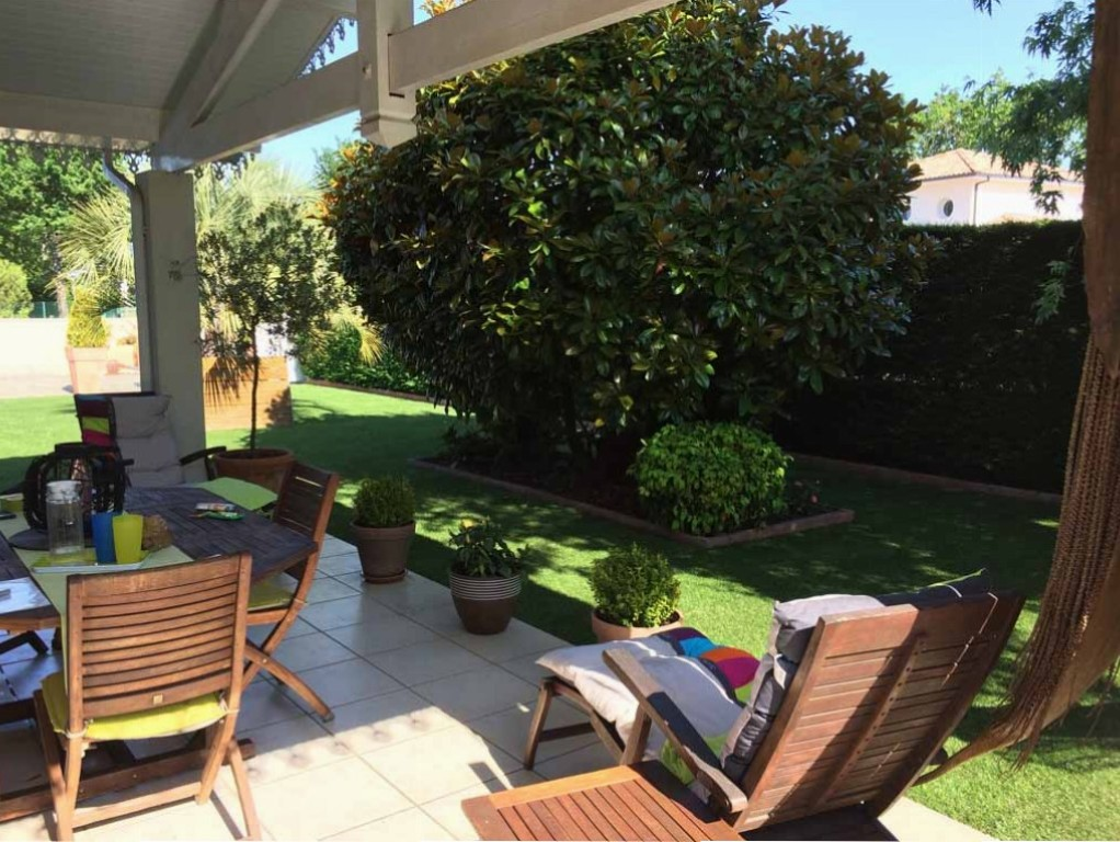 pose de pelouse synthétique sur une terrasse à Arcachon