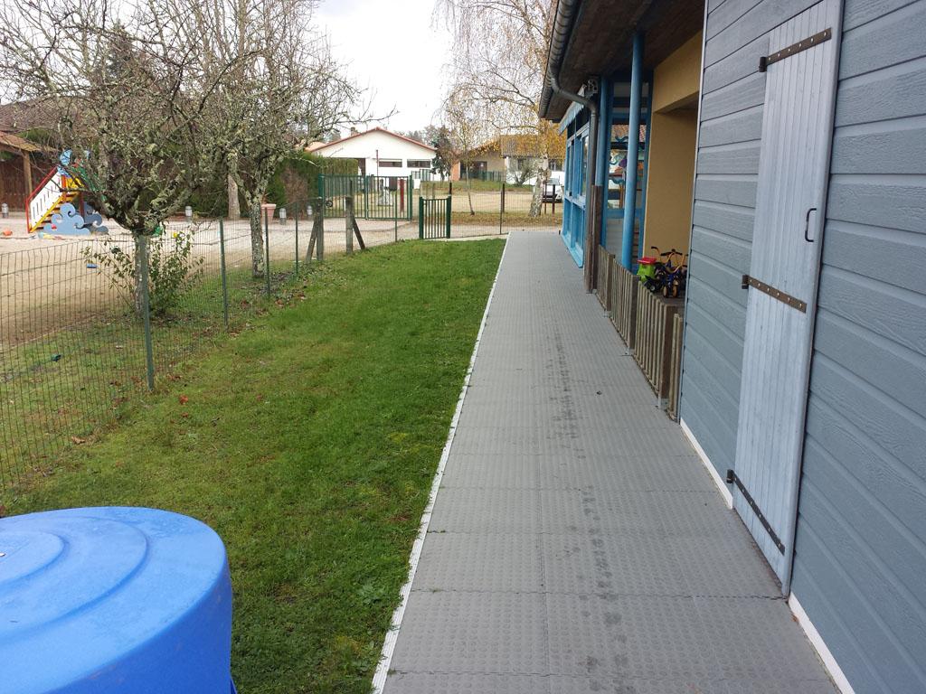 installation d'un gazon synthétique dans une crèche en Gironde