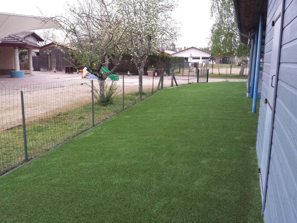 installation d'une pelouse artificielle dans une crèche près de Bordeaux