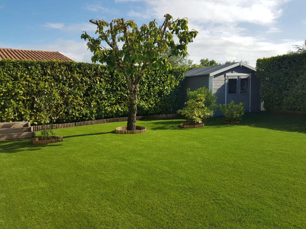 La pelouse artificielle et l'eau
