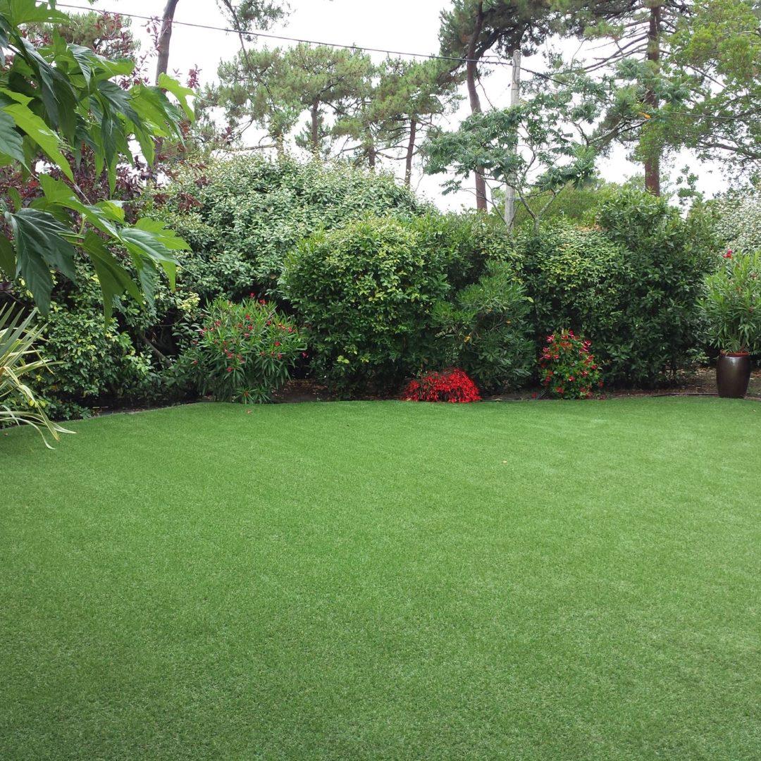Entretenir sa fausse pelouse